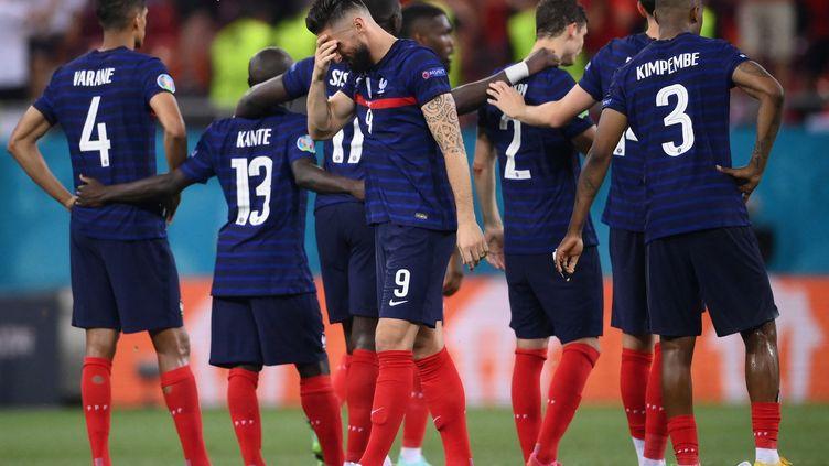 Les Bleus après leurdéfaite en huitièmes de finale de l'Euro 2021 entre la France et la Suisse à la National Arena de Bucarest, le 28 juin 2021.  (FRANCK FIFE / AFP)