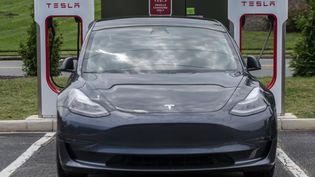 Une voiture du constructeur Tesla dans une station de charge à Arlington (Virginie, Etats-Unis), le 13 août 2021. (ANDREW CABALLERO-REYNOLDS / AFP)