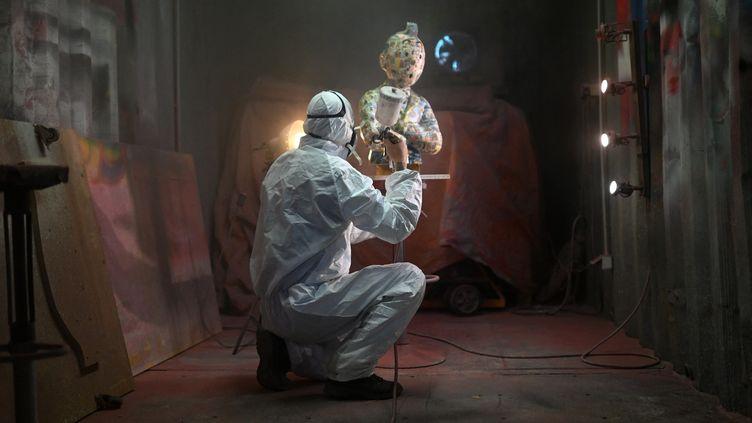 Finitions apportées à une oeuvre de l'artiste Christophe Tixier, alias Peppone, La Roque d'Anthéron,15 avril 2021 (CHRISTOPHE SIMON / AFP)