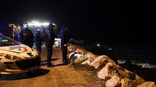 Des policiers scrutent la mer à la recherche de la petite fille disparue, samedi 4 mars 2017, à Marseille. (Photo d'illustration) (ANNE-CHRISTINE POUJOULAT / AFP)