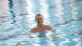 L'ancienne championne de France de natation synchronisée, Muriel Hermine, dans une piscine de Levallois-Perret (Hauts-de-Seine), le 2 février 2015. (STEPHANE DE SAKUTIN / AFP)