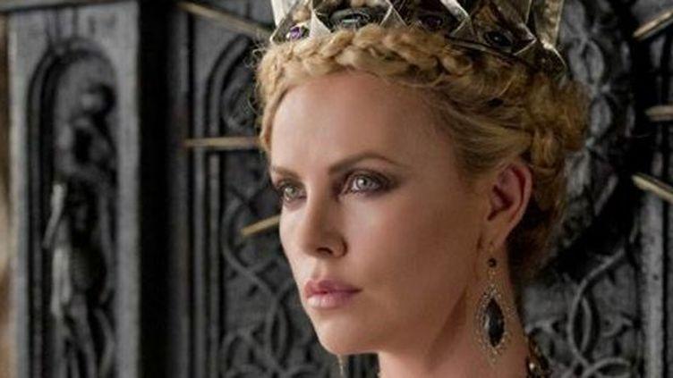 """Charlize Theron en cruelle marâtre dans """"Blanche Neige et le chasseur""""  (© Universal Pictures International France)"""