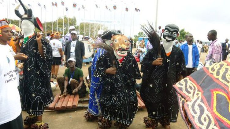 Danses traditionnelles au congrès du Mouvement démocratique du peuple de Paul Biya, le 15 septembre 2011 (AFP/STR)