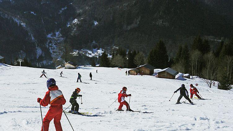 Des enfants en classe de neige à Sixt-Fer-à-Cheval en Haute-Savoie (photo d'illustration). (MOUILLAUD RICHARD / MAXPPP)