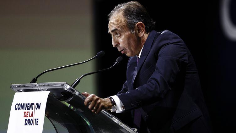 """Eric Zemmour, le 28 septembre 2019, pendant un discours lors de la """"Convention de la droite"""", à Paris. (SAMEER AL-DOUMY / AFP)"""