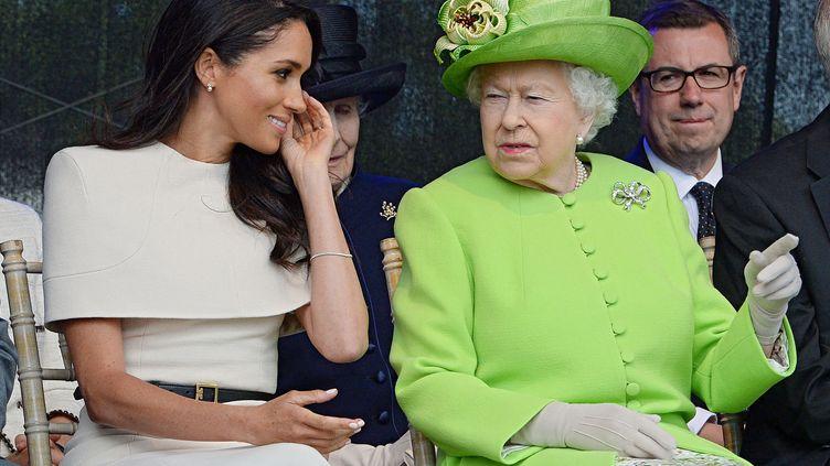 La reine Elizabeth II et Meghan Markle, le 14 juin 2018, à Halton (Royaume-Uni). (JIM CLARKE / AFP)