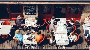 Des clients déjeunent en terrasse d'un restaurant à Saint-Malo (Ille-et-Vilaine), avant le confinement. (Photo d'illustration) (SANDRINE MULAS / HANS LUCAS / AFP)