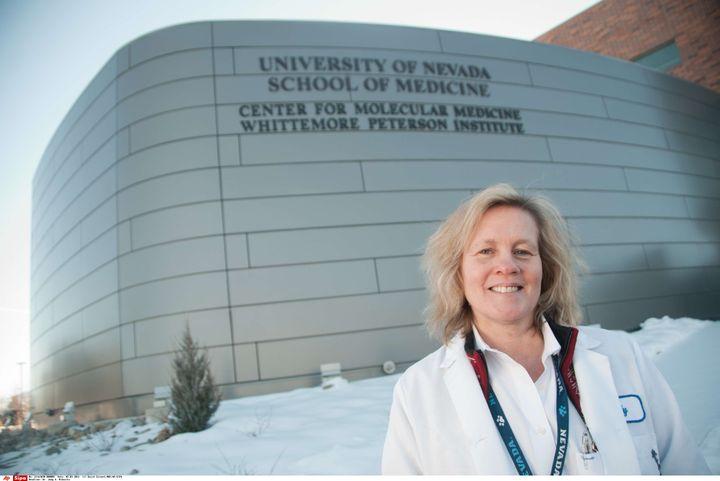 Judy Mikovits, le 28 février 2011, devantle Whittermore Peterson Institute de Reno (Nevada). (DAVID CALVERT/NBC/AP/SIPA)
