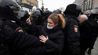 Arrestation d'une manifestante lors d'un rassemblement de soutien à l'opposant Alexei Navalny à Moscou (Russie), le 23 janvier 2021. (AFP)