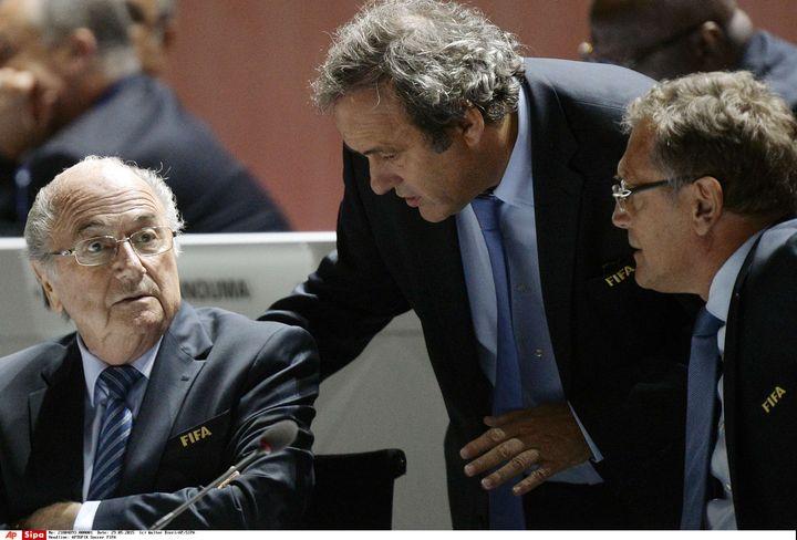 Le président de la Fifa, Sepp Blatter (à gauche), son secrétaire général,Jérôme Valcke (à droite), et le président de l'UEFA, Michel Platini, le 29 mai 2015 au congrès de la Fifa à Zurich (Suisse). (WALTER BIERI / AP / SIPA)