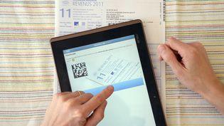 L'objectif de cette systématisation de la déclaration en ligne : faire des économies, notamment en frais d'affranchissements des déclarations, qui représentent chaque année 250 millions d'euros. (DAMIEN MEYER / AFP)