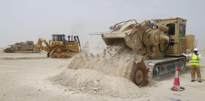 Des ouvriers en action sur le site du futur stade al-Wakrah qui est construit au Qatar dans le cadre de la Coupe du monde 2022, le 20 mai 2014. (QATAR COMMITTEE DELIVRY & LEGACY / AFP)