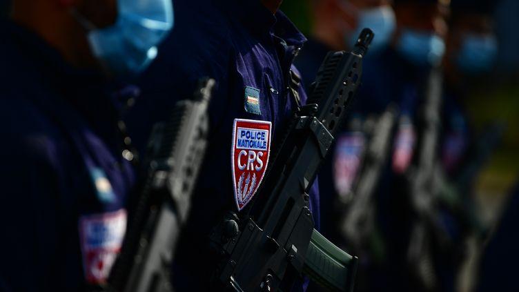 Des policiers à Velizy-Villacoublay, près de Paris, le 11 septembre 2020. Photo d'illustration. (MARTIN BUREAU / AFP)