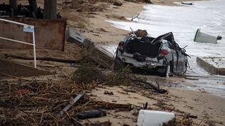 La carcasse d'une voiture emportée par les eaux à Roquebrune-sur-Argens, dans le Var, le 11 octobre 2018. (CHRISTOPHE SIMON / AFP)