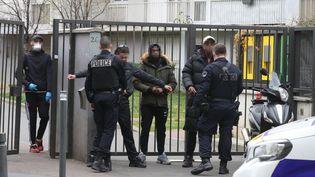 Contrôle de police à Saint-Ouen par la compagnie de sécurisation et d'intervention de Seine-Saint-Denis (CSI-93), le 2 avril 2020. (LUDOVIC MARIN / AFP)