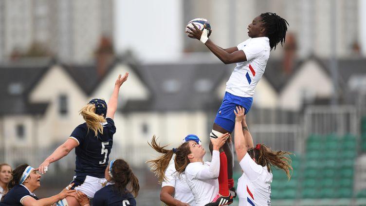 La Française Coumba Diallo (à d.) lors du match des Six Nations contre l'Écosse, au stade Scotstoun de Glasgow, le 25 octobre 2020.  (ANDY BUCHANAN / AFP)