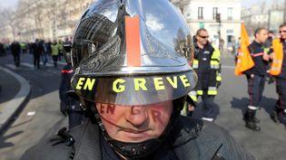 Un pompier gréviste lors d'une manifestation de la profession le 14 mars 2017 à Paris. (JACQUES DEMARTHON / AFP)