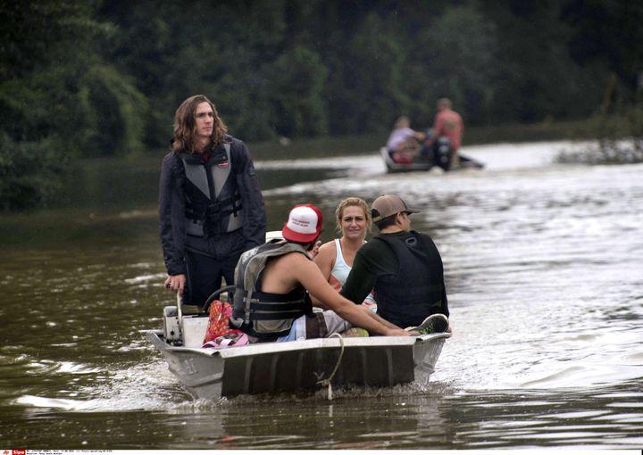 Des habitants de la périphérie de Baton Rouge sont secourus, le 13 août 2016. (TRAVIS SPRADLING / SIPA)