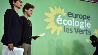 Les porte-parole d'Europe Ecologie-Les Verts Sandrine Rousseau et Julien Bayou, le 11 juin 2016 à Paris. (ALAIN JOCARD / AFP)