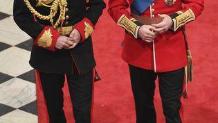 AVRIL 2011 - Autre cadre, autre tenue : il discute ici avec son frère, le prince William, à l'abbaye de Westminster, juste avant que ce dernier se marie avec Kate Middleton. (REUTERS)