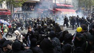 Des CRS chargent des manifestants sur le boulevard du Montparnasse, mercredi 1er mai 2019 à Paris. (ZAKARIA ABDELKAFI / AFP)