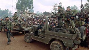Des Rwandais hutus accueillent un détachement demilitaires français dans un camp de réfugiés à Butare (Rwanda), le 3 juillet 1994. (HOCINE ZAOURAR / AFP)
