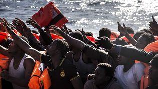 Des migrants s'approchent de l'Aquarius, en Méditerranée, le 13 janvier 2017. (SIMA DIAB / AP / SIPA)