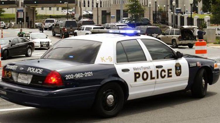 Intervention de la police, le 6 juillet 2015, au Centre médical militaire de Bethesda dans la banlieue de Washington. (Reuters/Kevin Lamarque)