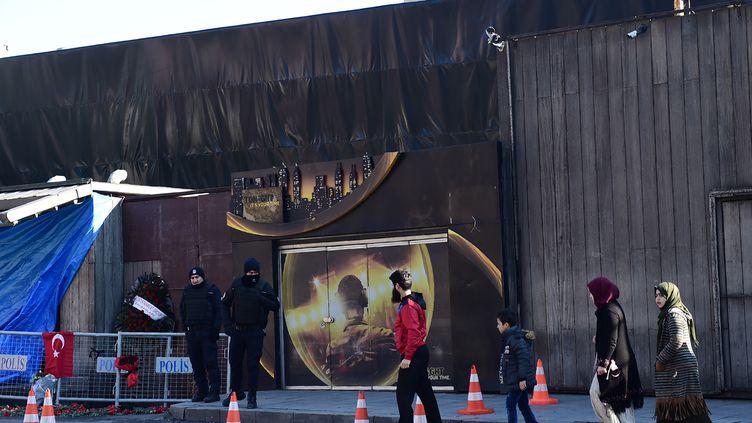 Des personnes passent devant la discothèque Reina, le 2 janvier 2017, à Istanbul (Turquie). (YASIN AKGUL / AFP)