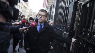 Le sénateur PSLuc Carvounas devant le siège du Parti socialiste à Paris, le 24 février 2014. (  MAXPPP)