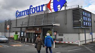 L'enseigne du groupe Carrefour, à Nantes (Loire-Atlantique), le 26 janvier 2018. (LOIC VENANCE / AFP)