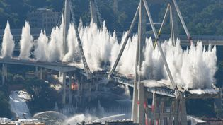Le pont Morandi, à Gênes (Italie), est dynamité, le 28 juin 2019. (VINCENZO PINTO / AFP)