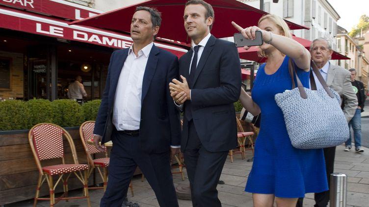 Le député Alain Calmette (à gauche), avec Emmanuel Macron et le sénateur Jacques Mézard (à droite), le 7 septembre 2016 à Aurillac (Cantal). (THIERRY ZOCCOLAN / AFP)