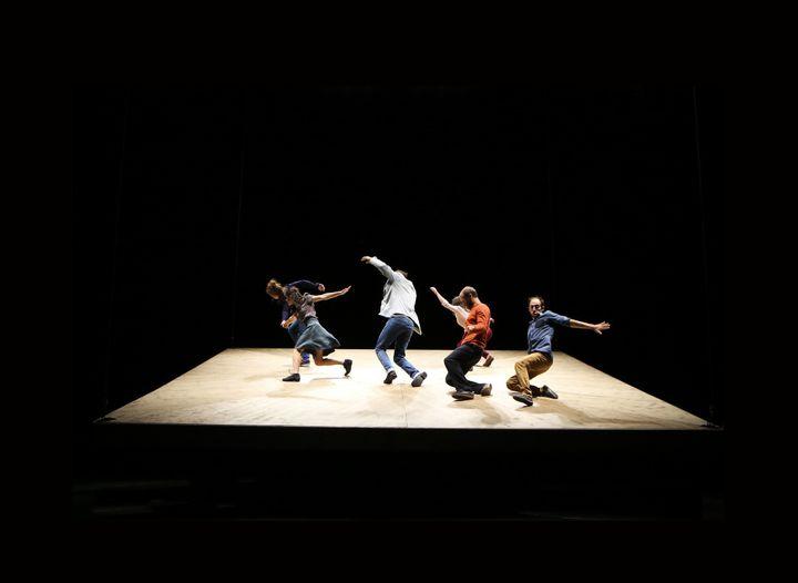 Un plancher de bois qui se dérobe sous les pieds des danseurs  (Biennale de la danse / Cie Yoann Bourgeois )
