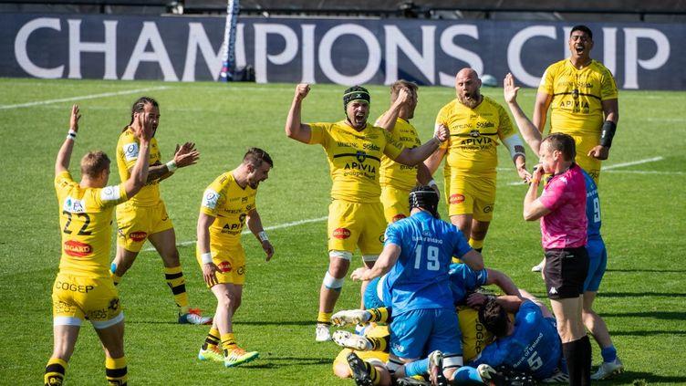Les Rochelais célèbrent leur victoire lors de la demi-finale de la Champions Cup face au Leinster, le dimanche 2 mai 2021. (XAVIER LEOTY / AFP)