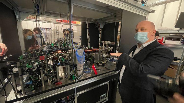 Christophe Jurczak, président de Pasqal,devant unprototype d'ordinateur quantique conçu avec l'institut d'optique de Saclay. (JEROME COLOMBAIN / RADIOFRANCE)