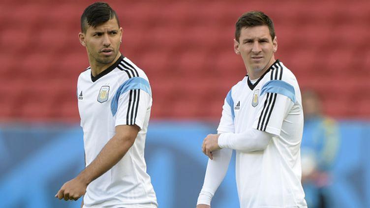 Sergio Agüero et Lionel Messi, bien conscients de l'importance de finir premier. (JUAN MABROMATA / AFP)