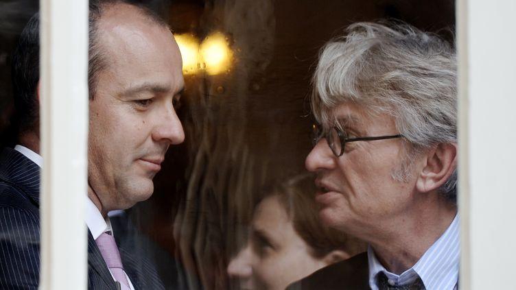 Laurent Berger (G), secrétaire général de la CFDT, et Jean-Claude Mailly (D), de Force ouvrière, discutent après un rendez-vous avec le Premier ministre, Manuel Valls, le 16 juin 2014 à Paris. (STEPHANE DE SAKUTIN / AFP)