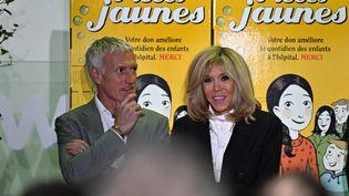 Brigitte Macron en compagnie de Didier Deschamps à l'hôpital d'Orléans le 8 janvier 2020 pour le lancement de l'opération Pièces jaunes (ERIC MALOT / MAXPPP)