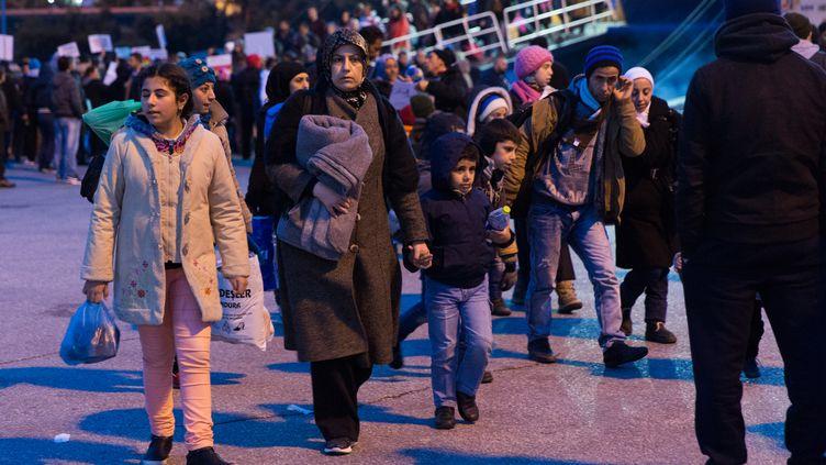 Des migrants arrivent par bateau à Athènes (Grèce), le 18 décembre 2015. (MICHAUD GAEL / NURPHOTO / AFP)