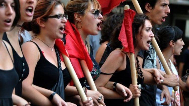 Etudiants grecs criant des slogans lors de la manifestation à Athènes le 8 septembre 2011 (AFP/ARIS MESSINIS)