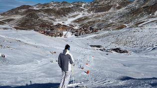 Un skieur sur les pistes de Val Thorens dans les Alpes, le 24 novembre 2018. (ROMAIN LAFABREGUE / AFP)