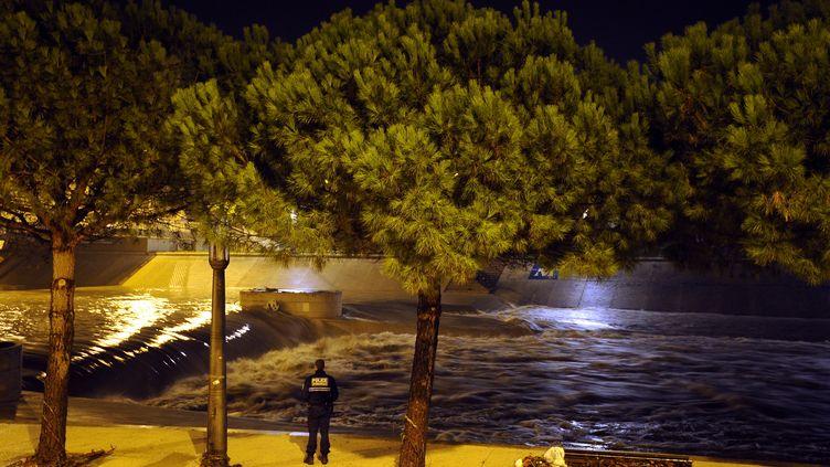 Près des berges du Lez, fleuve dont le cours a débordé, mardi 7 octobre, à Montpellier (Hérault). (SYLVAIN THOMAS / AFP)