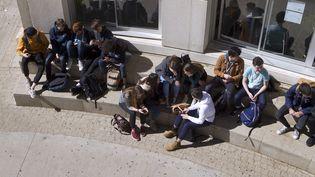 Selon une enquête du Conseil national d'évaluation du système scolaire, les lycéens en terminal plébiscitent l'engagement bénévole et s'éloignent de l'engagement politique.Image d'illustration. (GUILLAUME BONNEFONT / MAXPPP)