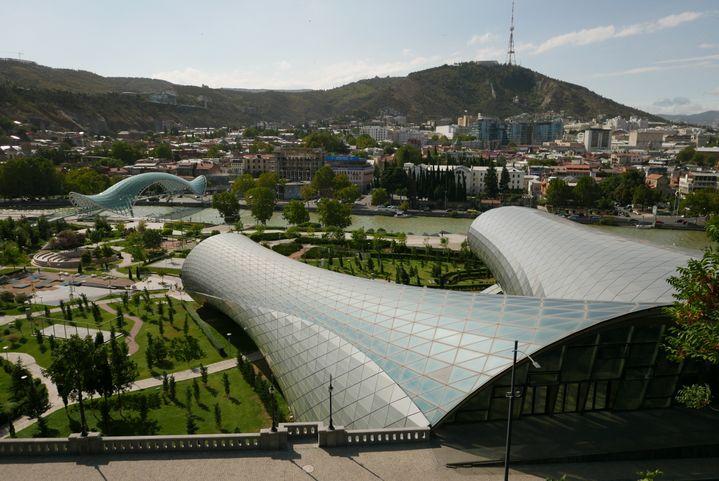Tbilissi, capitale moderne, avec vue sur le pont de la paix et le Nouveau théâtre, énormetube deverre et de métal au pied du Parlement et son architecture on ne peut plus classique (Photo Emmanuel Langlois)