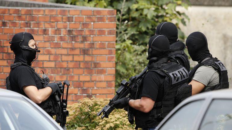 Des policiers de la Brigage de recherche et d'intervention à Saint-Etienne-du-Rouvray (Seine-Maritime), où une église a été attaquée, mardi 26 juillet 2016. (PASCAL ROSSIGNOL / REUTERS)