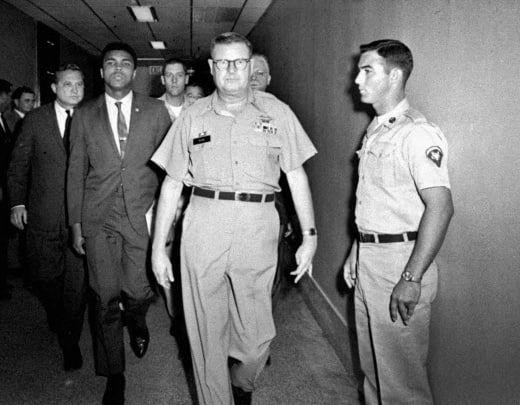 Mohamed Ali escorté par les militaires à Houston après avoir refusé d'incorporer les forces armées pour aller au Vietnam