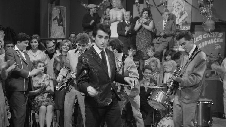 """Dick Rivers avec les Chats sauvages dans l'émission télévisée """"Le bal du 14 juillet"""", en 1961 (FREDERIC SIMON / INA / AFP)"""