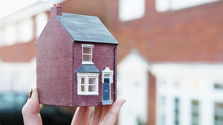 Plusieurs syndics ont annoncé des hausses de leurs tarifs d'environ 20% en réaction à la promulgation de la loi Alur sur le logement. (SIMON POTTER / CULTURA RF / GETTY IMAGES)