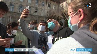 Le chanteur Aldebert, star auprès des enfants, rencontre les élèves de son ancien collège. (France 3 Franche-Comté)